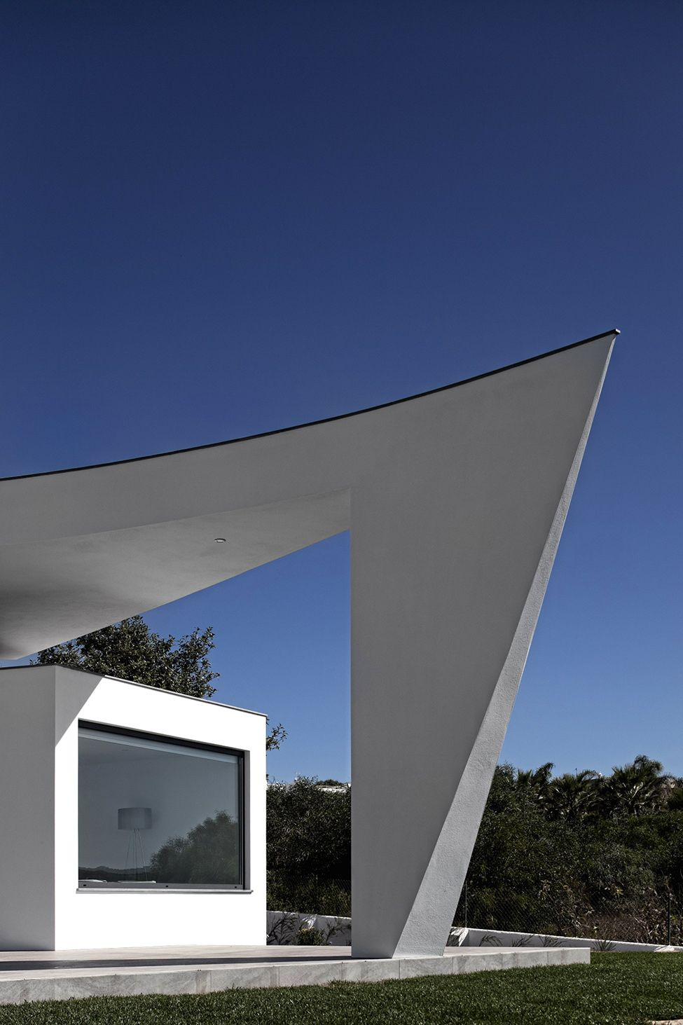 White Silhouette With An Intricate Geometry in Portugal: Colunata House