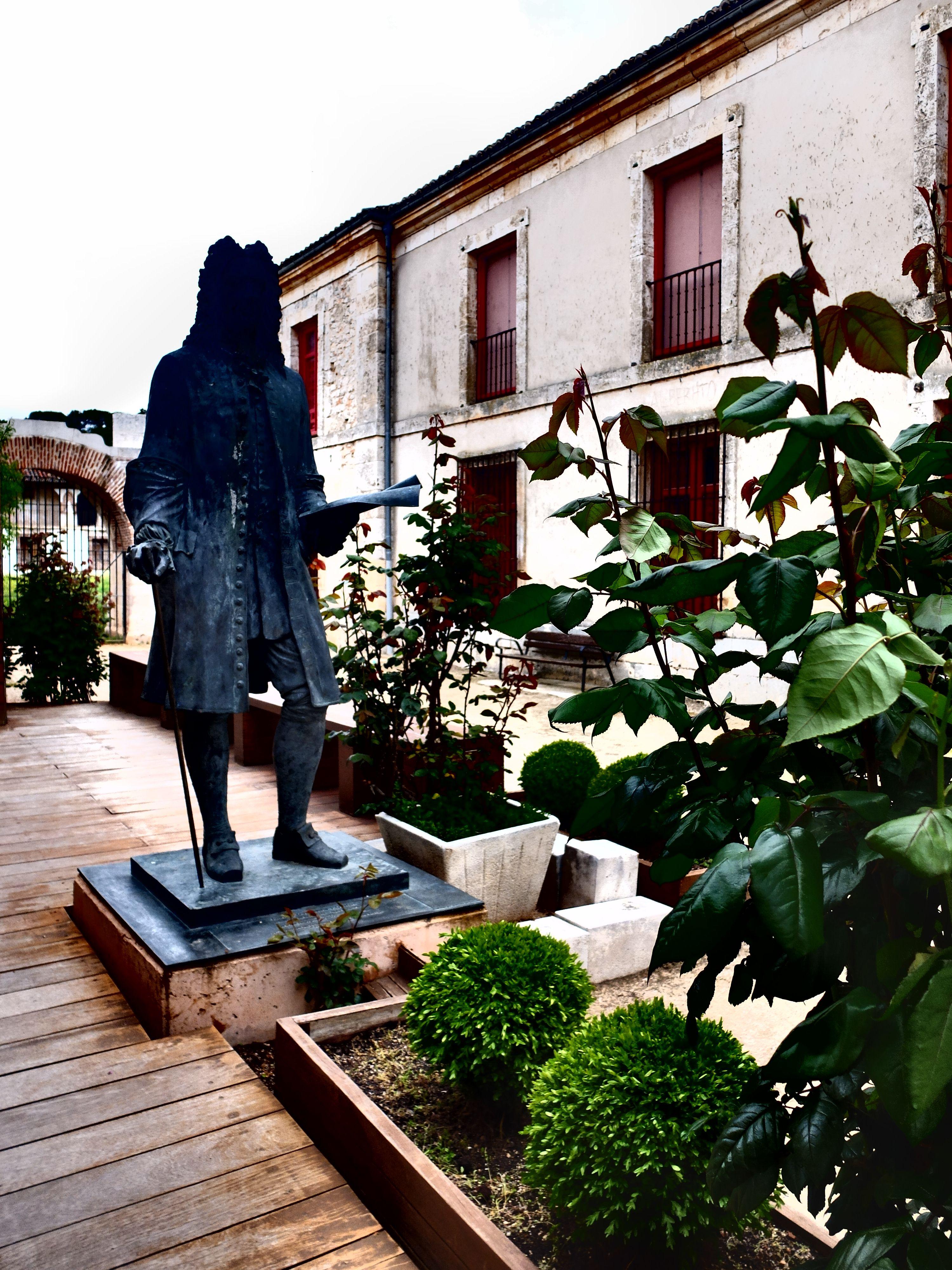 Estatua de Juan de Goyeneche ante el Centro de Interpretación de Nuevo Baztan