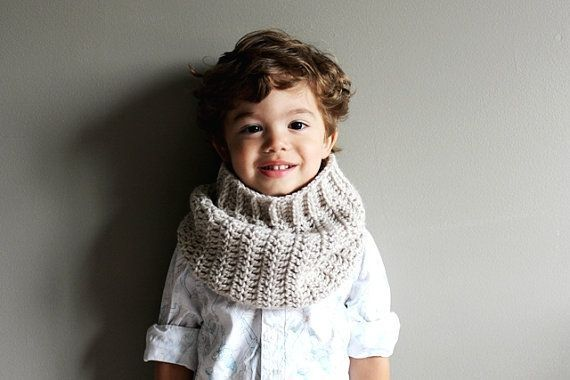 This cuddly cowl is crocheted in linen, so that it is soft and non-itchy.