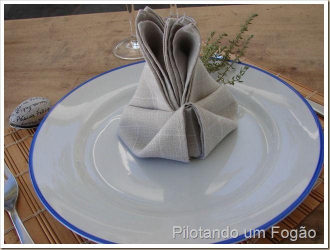 Como dobrar um guardanapo em forma de coelhinho.