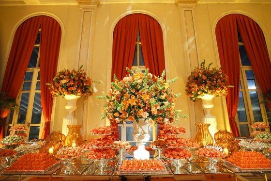 Casamento decor laranja e dourado: mesa de doces
