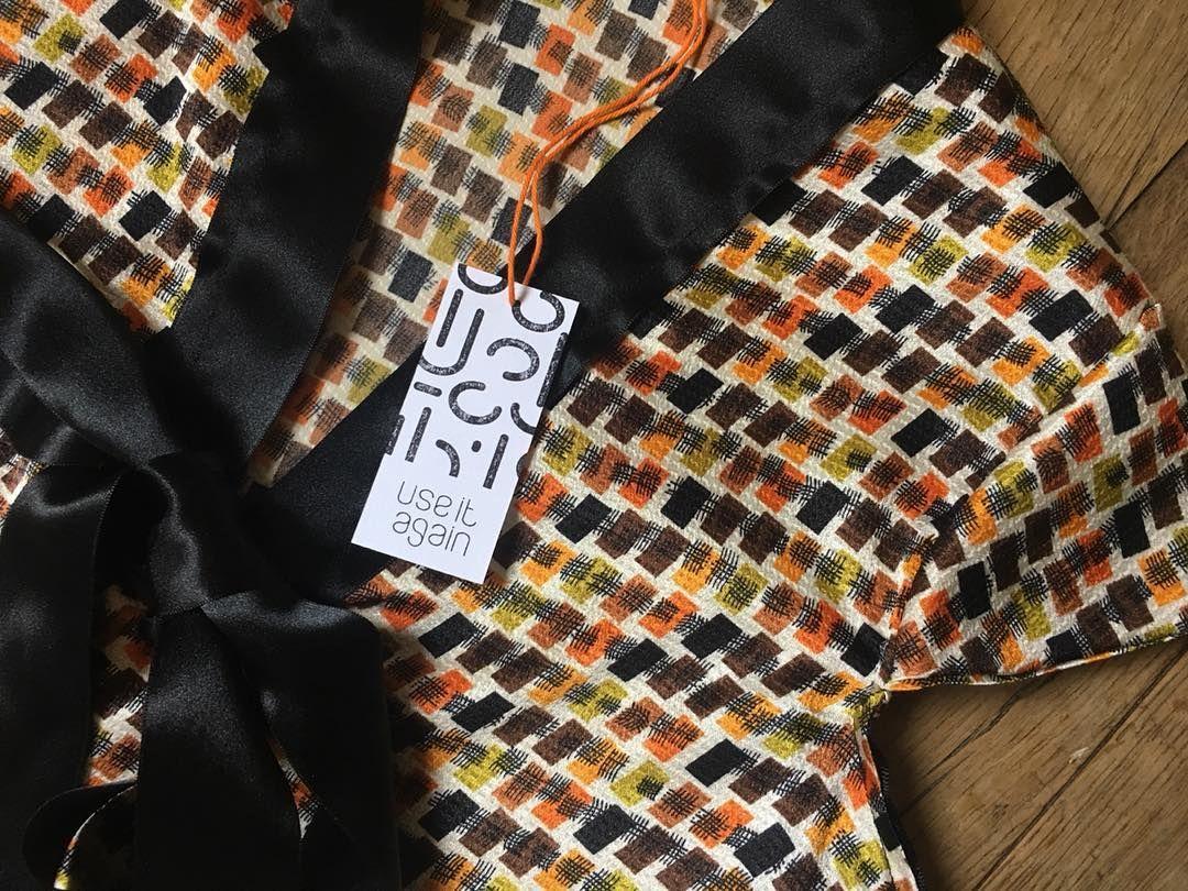 Les étiquettes de nos vêtements Réalisées sur du papier usagé avec un tampon By  ca