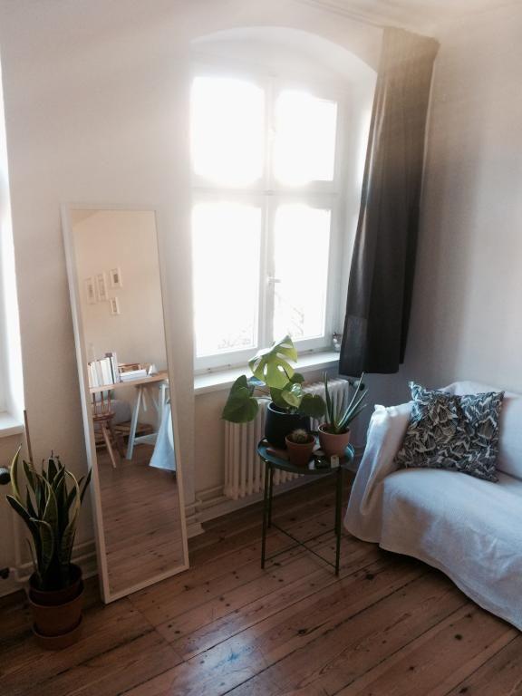 Kleine Einrichtungsidee: Ganzkörperspiegel, Tischchen Mit Pflanzen Und  Schöne Couch. #WG #Zimmer #Einrichtung