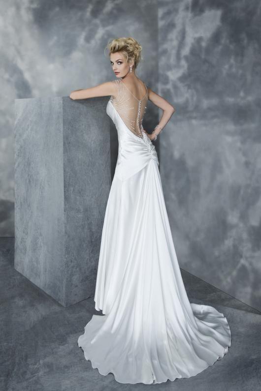 Una delle proposte di quest'anno di Graziana Valentini - Valentini Spose: un #abito da #sposa #morbido con pettorina in tulle ricamata! http://goo.gl/S8FWgJ
