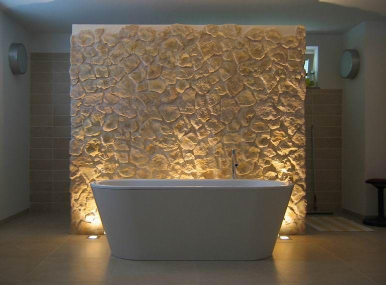 badezimmer mit badewanne und r ckwand aus stein nice. Black Bedroom Furniture Sets. Home Design Ideas
