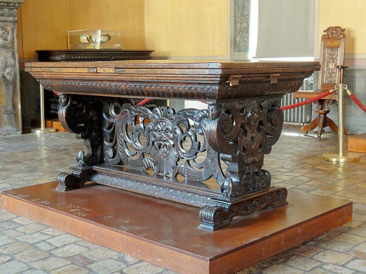 Ecouen (Val d'Oise) - chateau - appartement du Connétable Anne de Montmorency - table