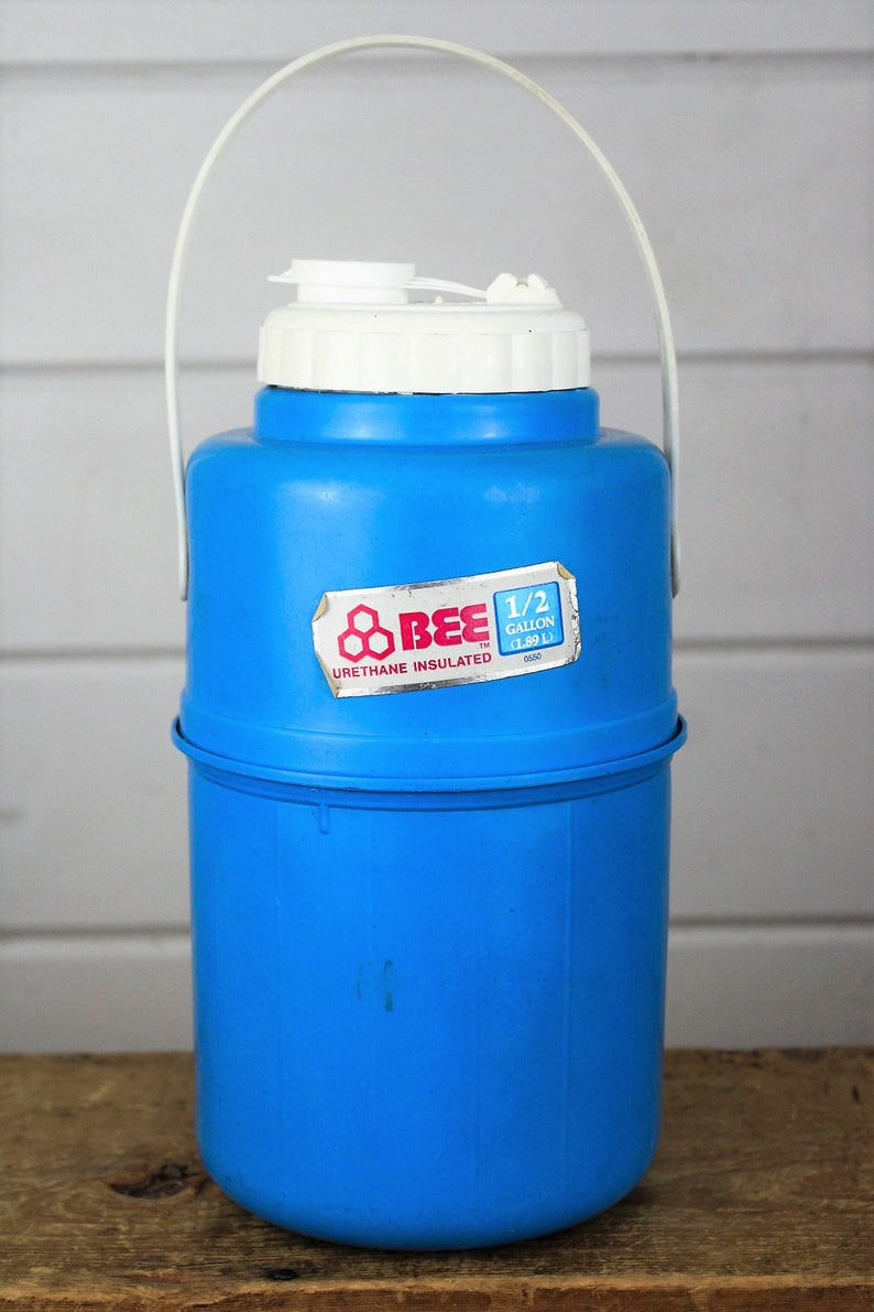 Vintage Bee Plastics 1 2 Gallon Blue Water Jug Cooler With Screw Off Lid And Top Handle In 2020 Plastic Siding Vintage Bee Water Jug