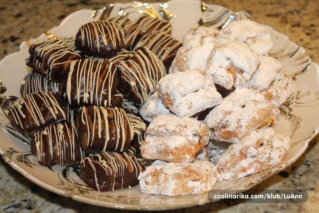 Bozic se blizi i vrijeme je pecenja blagdanskih kolaca . Ove godine pocinjem s tradicionalnim Njemackim Bozicnim kruhom , ali u puno manjem obliku . Mali sitni stollen zalogajcici bice ukras i dio naseg Bozicnog stola . Polovicu sam radila tradicionalno umotanu u bijeli secerni pokrivac , drugi dio utopljenu u tamnu cokoladu i isarane mlijecnom i bijelom cokoladom , a svi sa slasnim srcem od marcipana .
