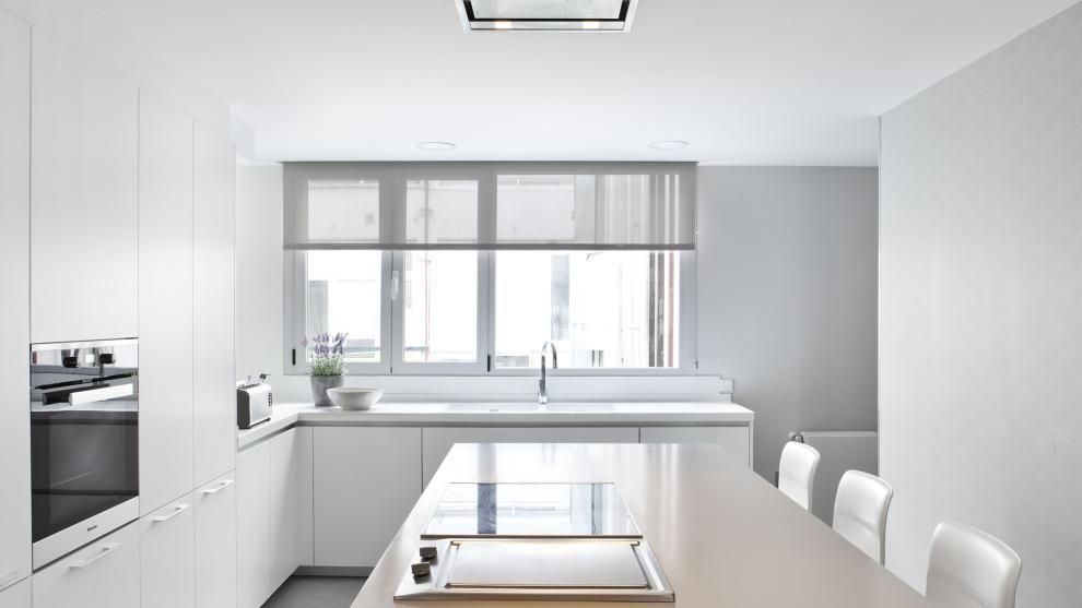 Cocina blanca con isla amueblada con los diseños LINE-L Blanco nieve