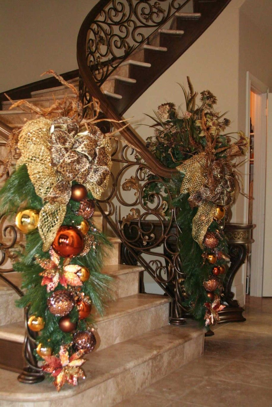 Decorate the staircase for christmas 45 beautiful ideas for How to decorate your stairs for christmas