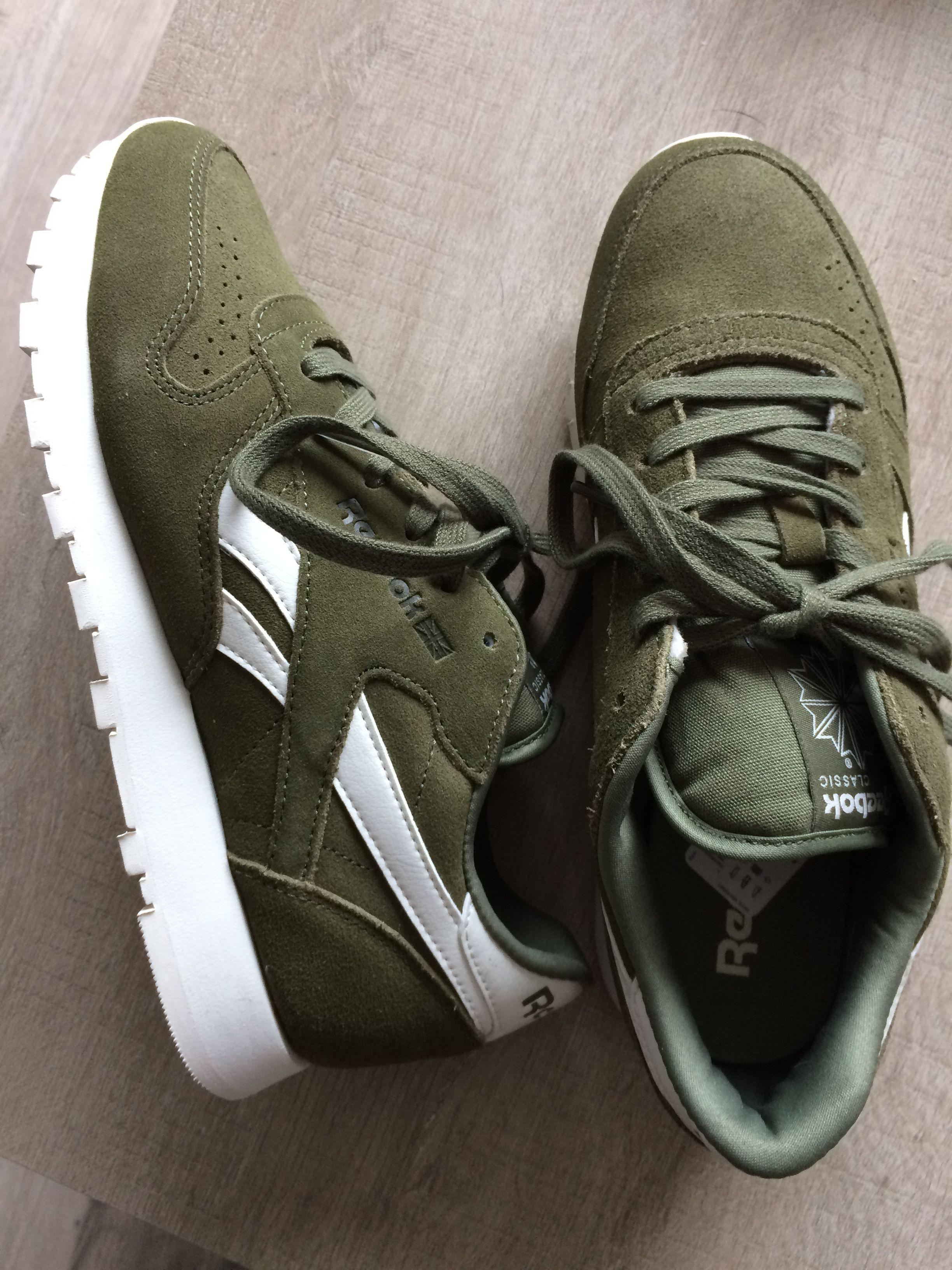 brand new 90f2b a85ea Reebok Classic kaki   sneakers. Voir cette épingle et d autres images dans Chaussure  femme ...