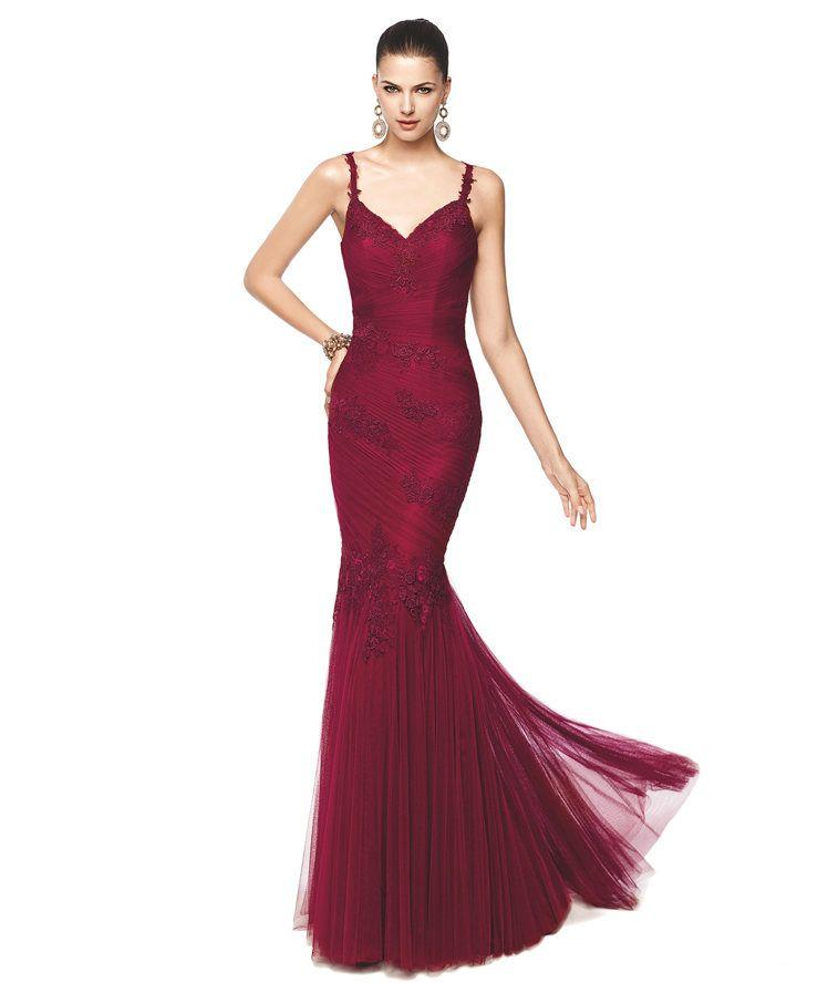 2db571fcce Vestido de fiesta color vino corte sirena Modelo Nimia - Pronovias 2015
