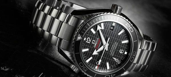 """Juntamente com a tecnologia Co-Axial da OMEGA, o relógio está equipado com uma espiral de balanço de silício """"Si14"""". Esta combinação é tão estável e precisa que o Planet Ocean oferece uma garantia total de quatro anos."""