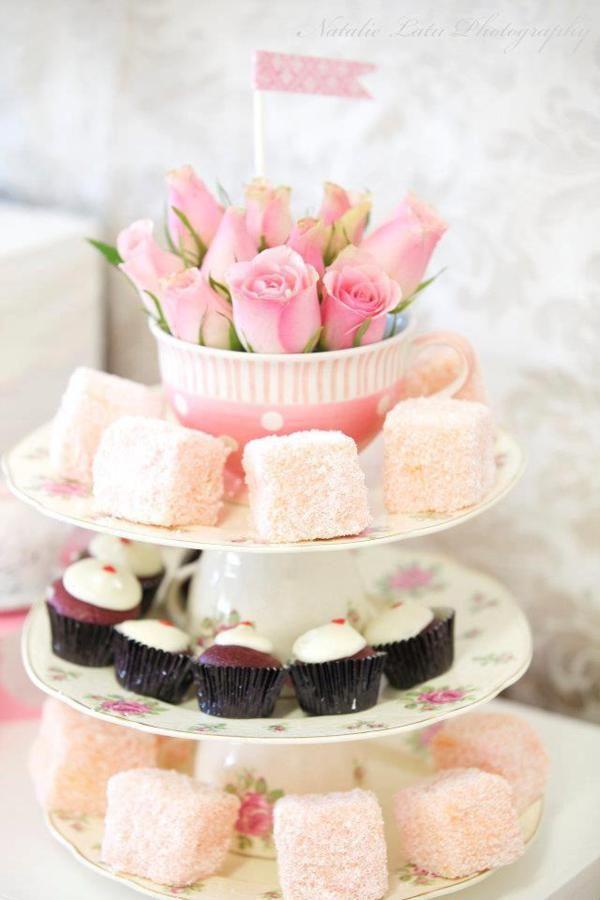 Display para doces feito com canecas + pratos, e flores em uma delas