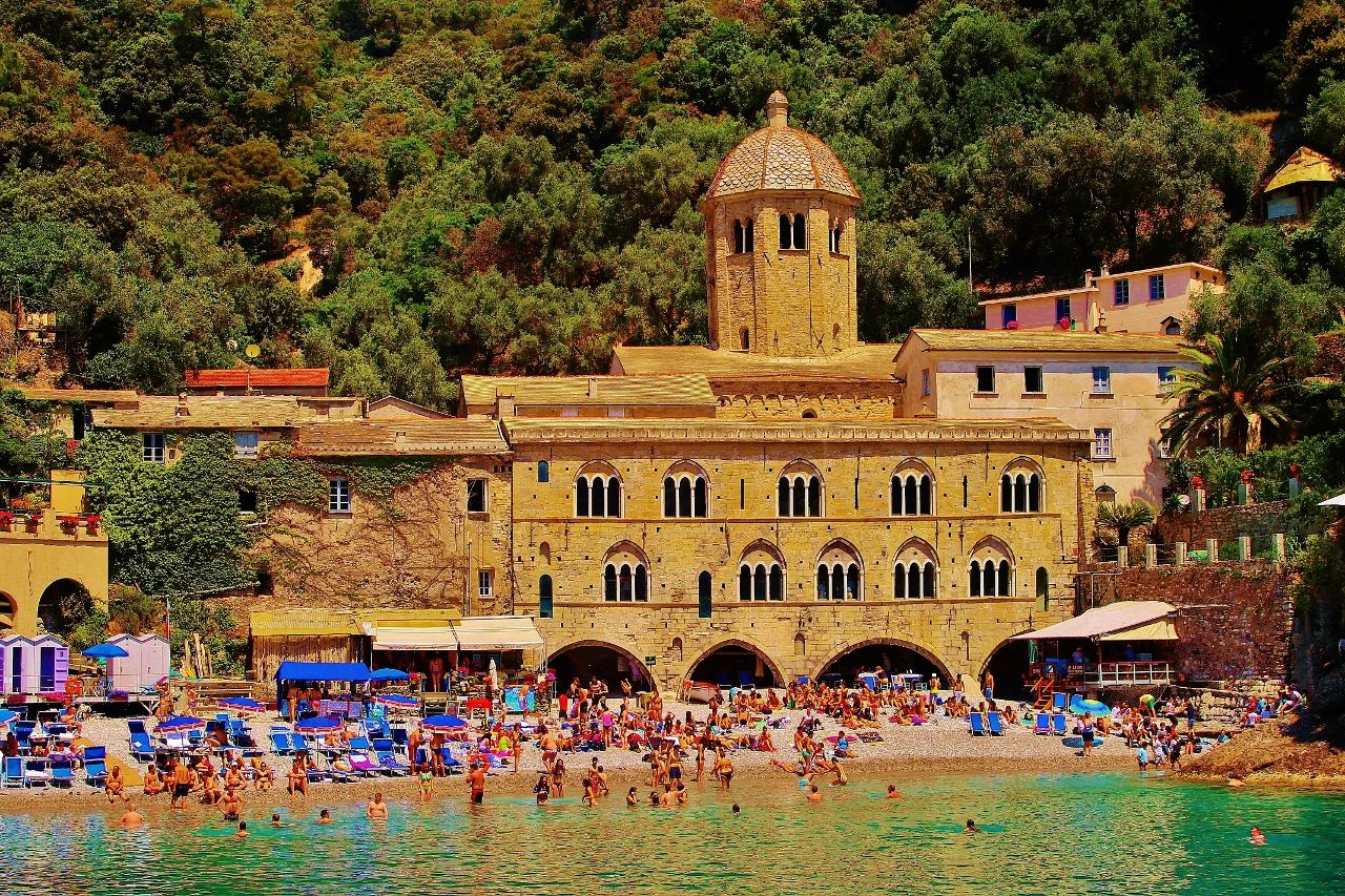 From the little pretty port of Camogli, every hour, a ferry leaves to Punta Chiappa and monastery of San Fruttuoso famous for its Christ of the Abyss and its crystal clear water.
