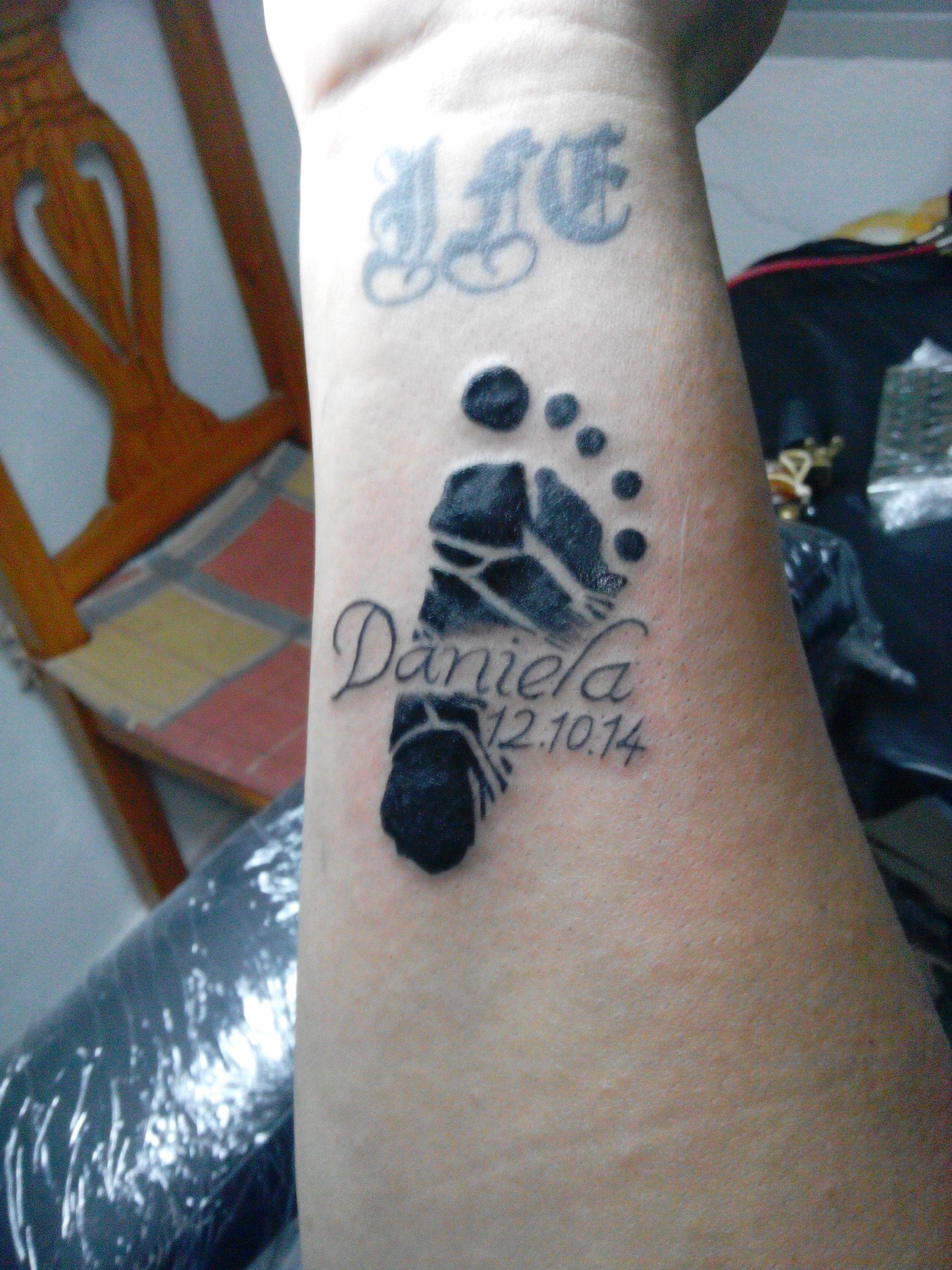 Huella Del Pie De Bebe Con Nombre Un Tatuaje Tattoos
