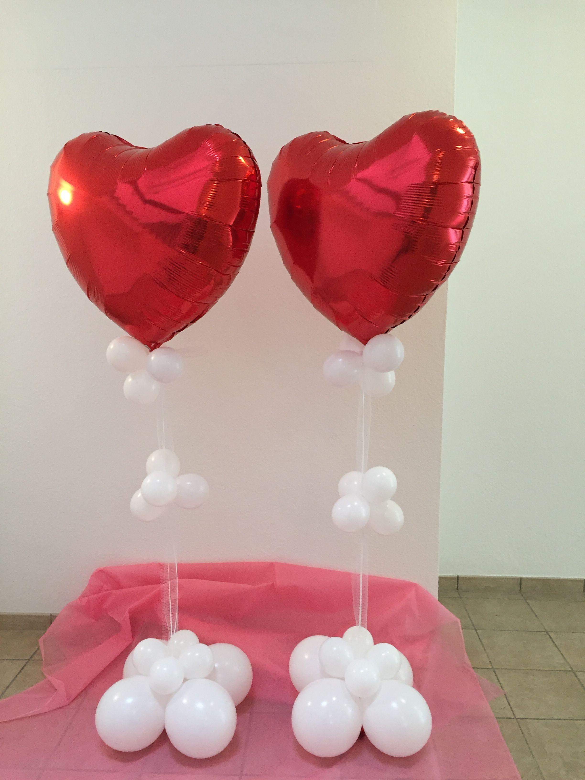 Rote Herzballons Perfekt Fur Die Saaldeko Einer Hochzeit Mit Weissen Ballons Verziert Um Die Freistehend Eins Ballondekorationen Ballon Dekoration Luftballons