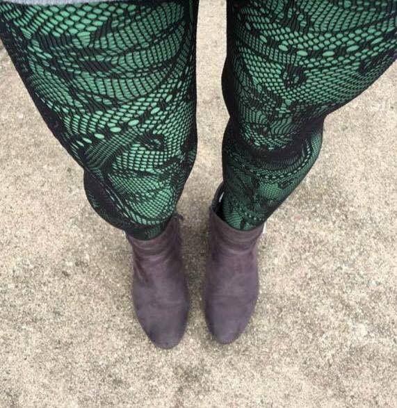 50fd40ddee9 Fishnet stockings over solid leggings. ❤