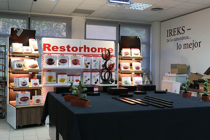 Demostración Ireks/Restorhome.  Demostración profesional realizada por el pastelero Albert Daví, en la que da forma a varias piezas de repostería de alto nivel utilizando como vehículo la gama de productos 33 Dreidoppel de Ireks Ibérica y los moldes de la prestigiosa firma italiana Silikomart distribuidos por Restorhome.