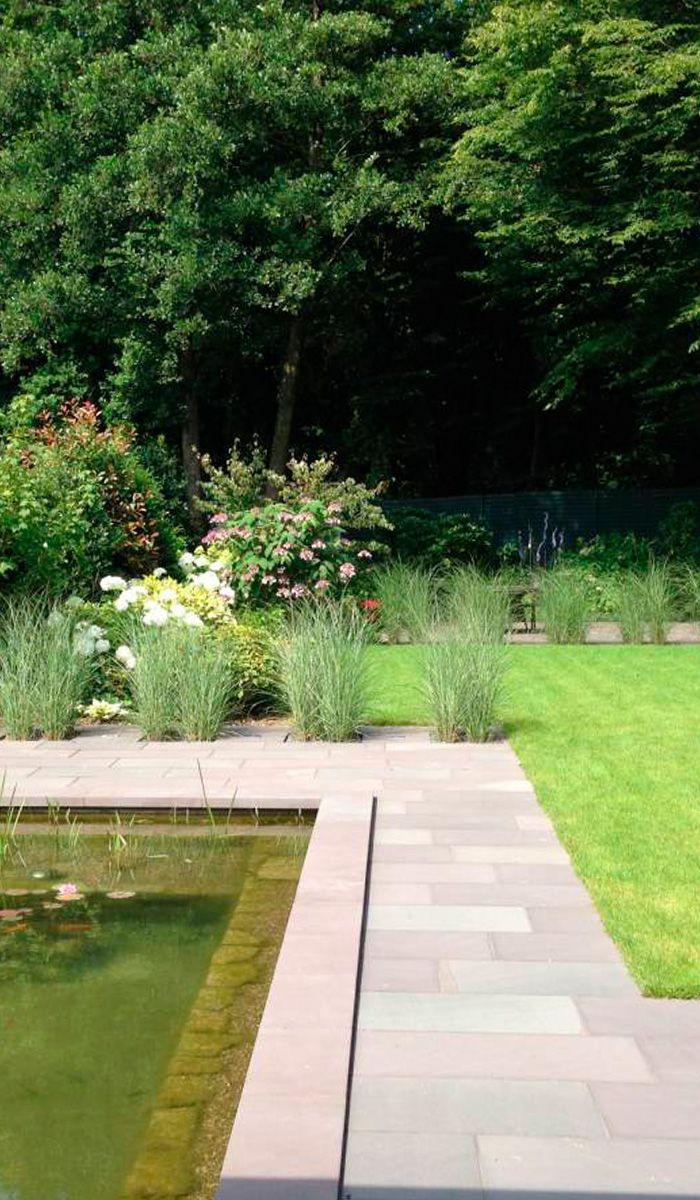 klassischer hausgarten mit teich und gro er terrasse aus naturstein gartenideen garten. Black Bedroom Furniture Sets. Home Design Ideas