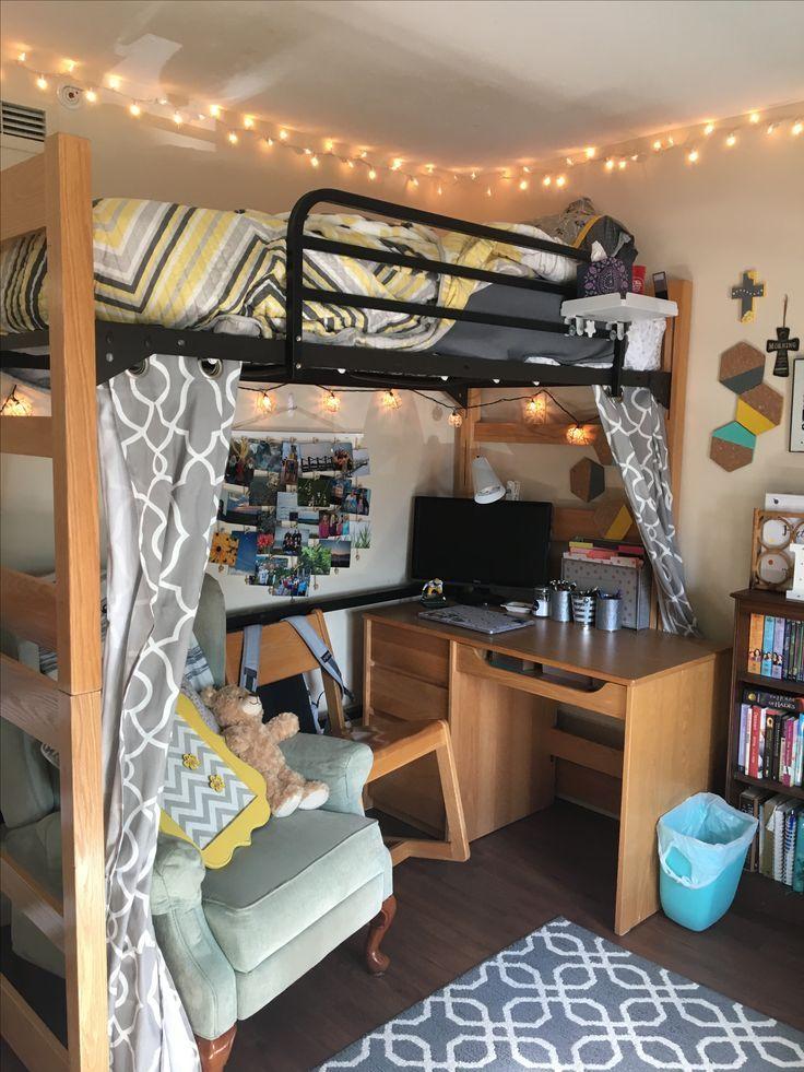 Was halten Sie von einem bequemen Stuhl und einem Schreibtisch unter einer statt einer Couch? #collegedormrooms