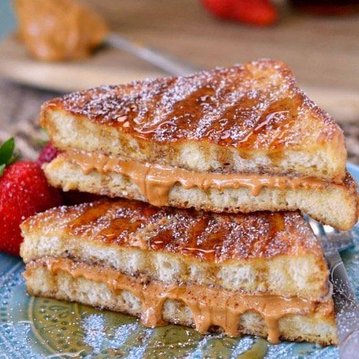 Rabanada Recheada com pasta de amendoim  Receita  Ingredientes: 2 fatias de pão integral ou pão de sua preferência  1 colher de pasta de amendoim  1/2 xícara de leite desnatado  1/2 colher de óleo de coco ou manteiga  1/2 colher de canela 2  ovos Mel a gosto  Modo de fazer  Passe a pasta de amendoim em cada fatia de pão, salpique canela,coloque uma fatia sobre a outra é reserve.Em uma tigela coloque o leite,os ovos e a canela e misture . Passe o pão nesse mistura .Em uma  frigideira coloque…