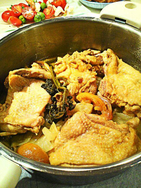 二週間前に塩漬けしたレモンで鶏の煮込み。ELLE A TABLE のレシピです。クミン、ターメリック、コリアンダーなどのスパイスでマリネしておいた鶏を煮るので中東風。一緒に煮込んだ野菜がレモン塩の味でとても美味しくなる。 - 100件のもぐもぐ - レモン塩コンフィで鶏の煮込み by 麻紀子