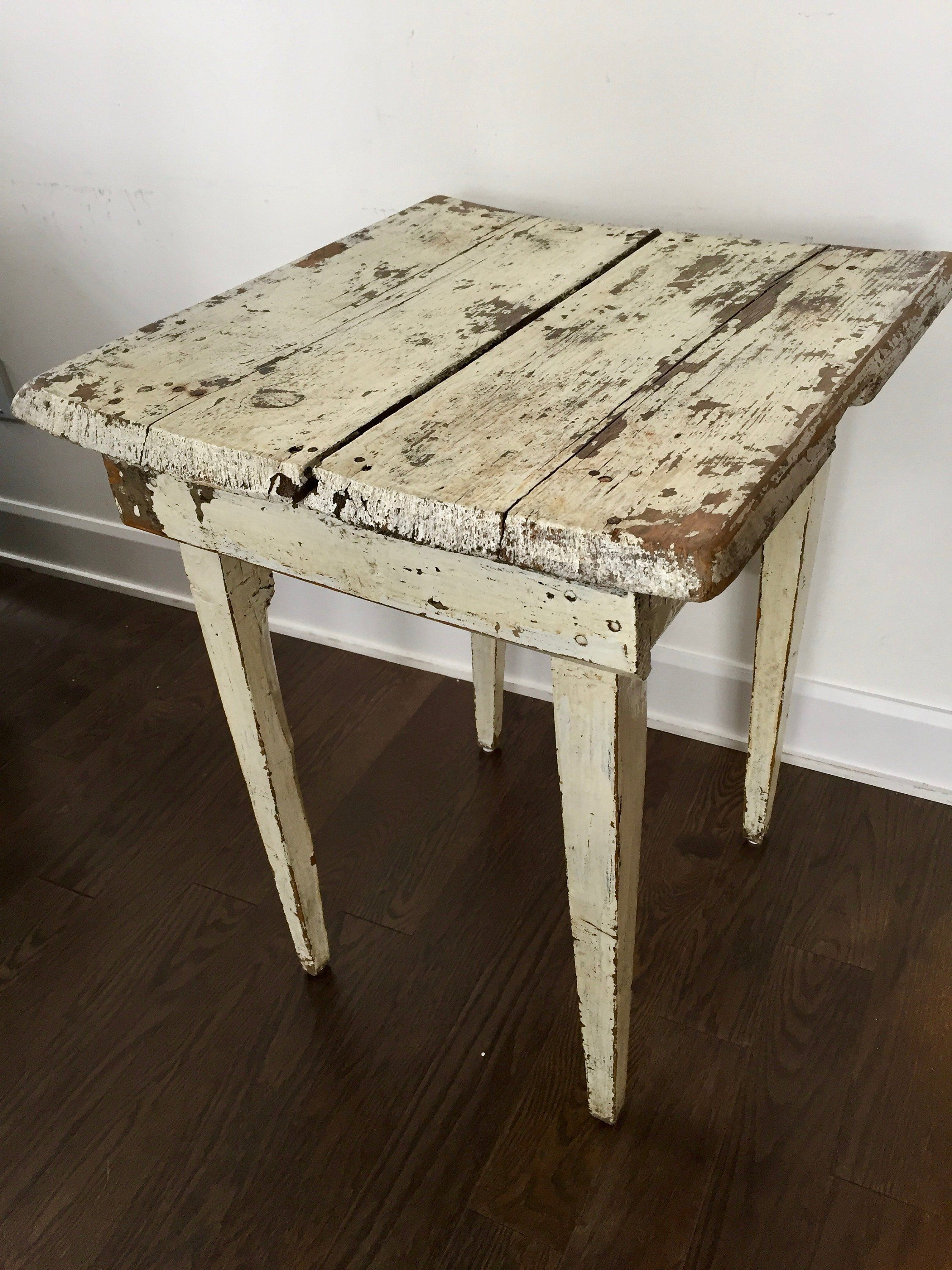 Its Clic Antique Styling Features Turned Wooden Legs And A Back Finished With Mix Of Stain Paint For Clean Refined Look It Has