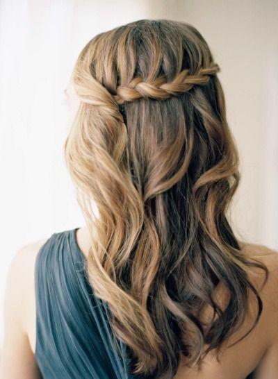 Offenes Haar mit geflochtenem Teil