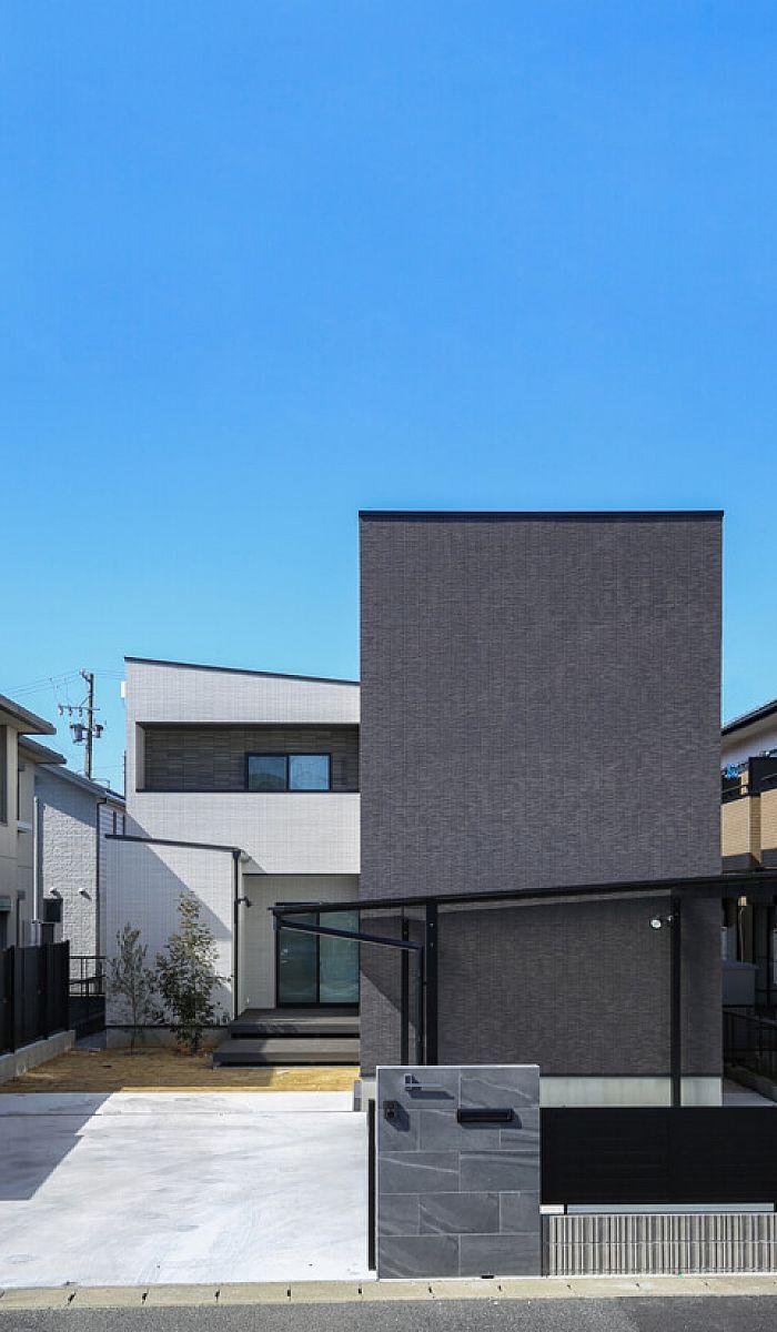 黒と白のタイルの外壁 正面の壁が力強さ 色のコントラストにより奥行