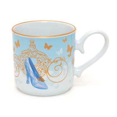 Ritrova tutto lo splendore dell'ultima versione cinematografica della magica fiaba con questa tazza ispirata al nuovo film di Cenerentola. Il bordo della tazza è dorato, come l'elegante grafica a farfalle e arabeschi che decora tutta la superficie.