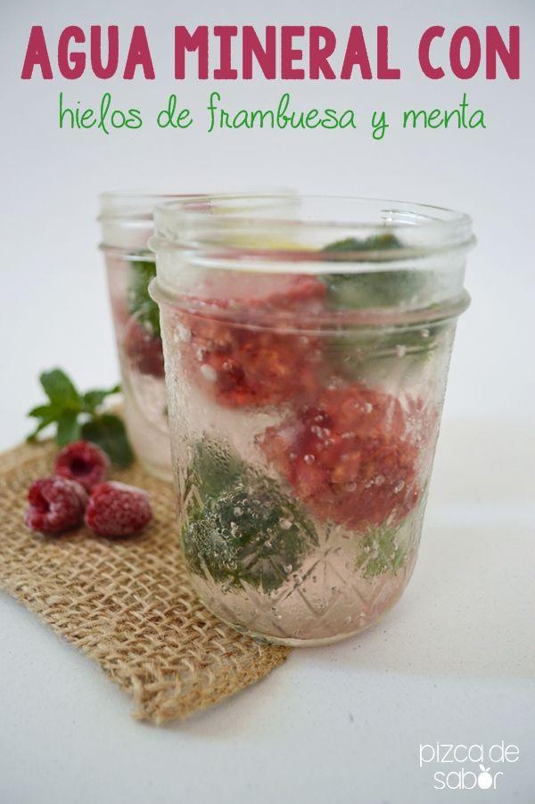 Agua mineral con hielos de frambuesa y menta   http://www.pizcadesabor.com