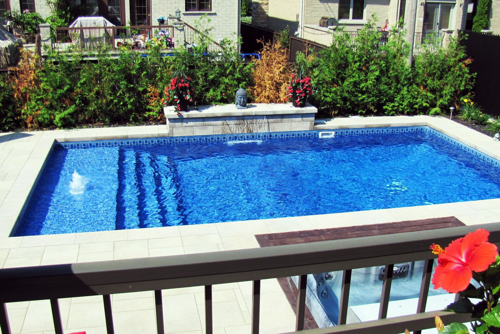 splendide petite piscine creusée avec aménagement extérieure