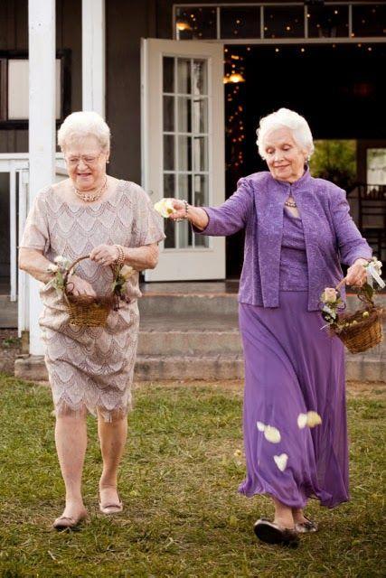 las abuelas!!! Las mas hermosas damas de flores!!!! Grandma flower girls!!! Love it
