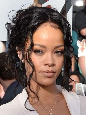 Le Chignon Boucle De Rihanna Les Looks Des Stars