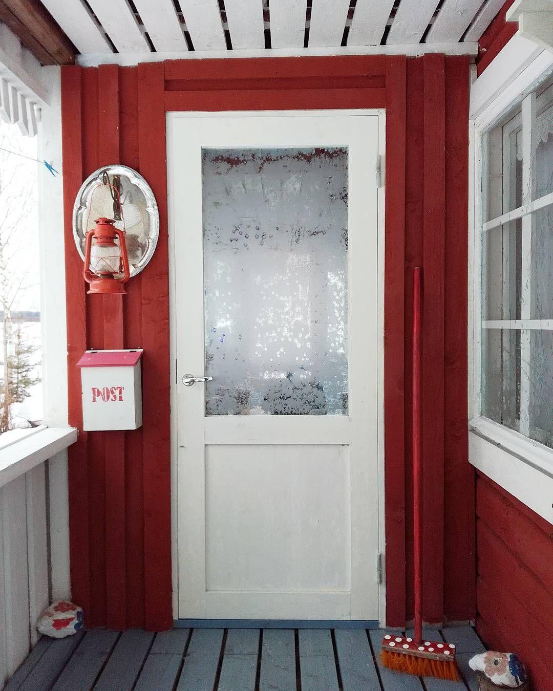 #hyväähuomenta ❤ #goodmorning #sunday #tb #cottage #winter #frost #door #ihavethisthingwithdoors #redhouse #post #lantern #dotty #brush #woodenhouse #redandwhite #mökillä #talvi #kuura #sunnuntai #suomi100arki #liepunmökillä