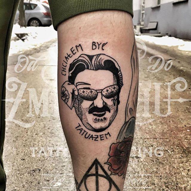 @kozakmichaltattoos podczas guestspota u nas poczynił taką oto dziarkę na nodzę naszego managera @matkoboska ❤ #krawczyk #krzysztofkrawczyk #chcialembycmarynarzem #chcialembyc #portrait #łódź #lodz #łdz #ldz #eudezet #ignorant #tattoo #ink
