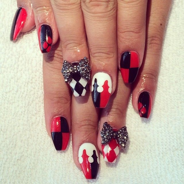 #gelsbysasha #nails #harleyquinn #batmanvillan #harleyquinnnails #3dnails #handpainted #nailart #bows #nailbows #rednails #blacknails