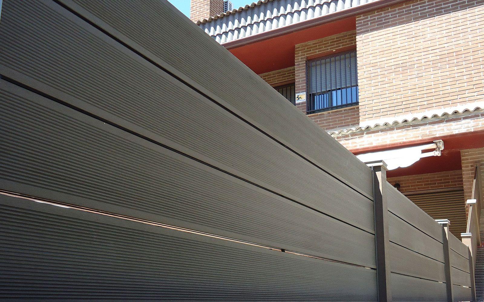 detalle de vallado exterior madera sinttica entre chalets dos caras vistas