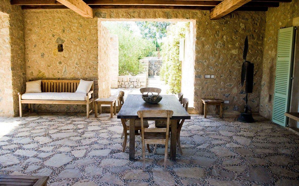 Cielorraso con vigas de madera piedra blanca pared y piso for Patio con piso de madera