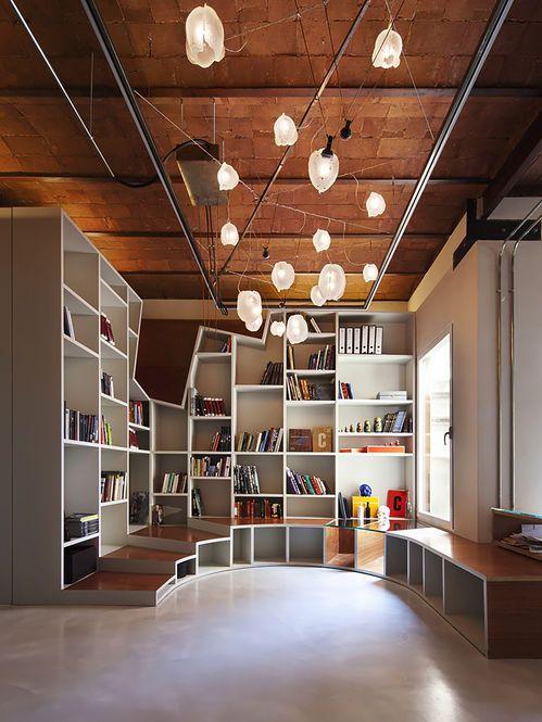 Estante e Luminárias Assimétricas. Arquiteto: Victor Gonzalez.
