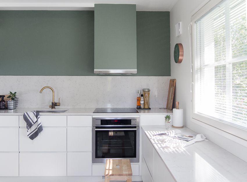 Moderni ja toimiva keittiö kaapistot kvik mano seinän sävy