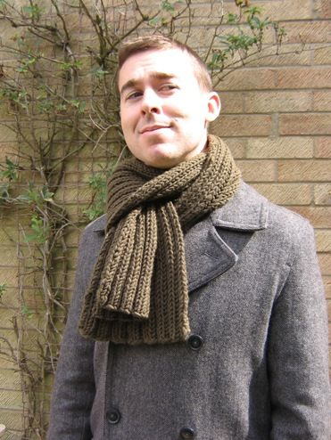 Men's chunky ribbed scarf in olive.
