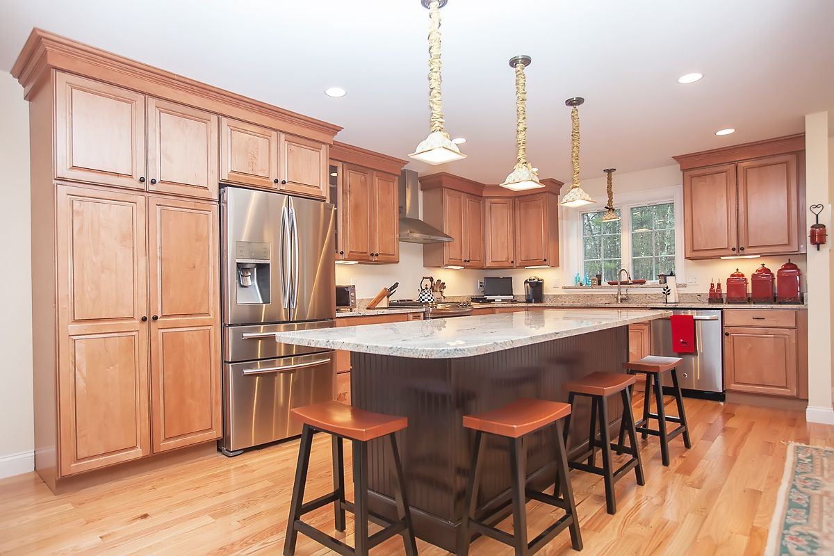 L Shaped Kitchen Design Light Maple Kitchen Cabinets With Dark Chocolate Island That Is Accented With Be Maple Kitchen Cabinets Kitchen Design Kitchen Layout