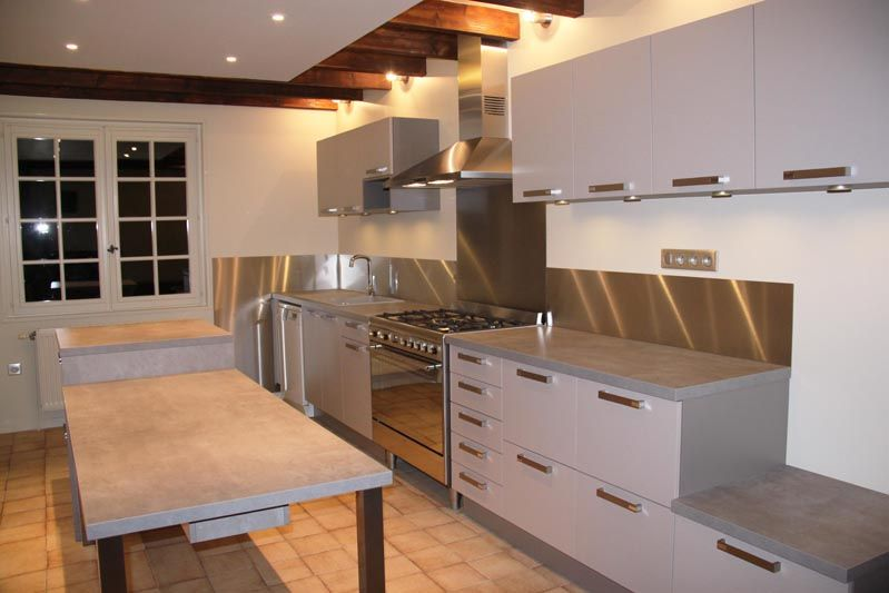 cuisine rustique et moderne (avec son grand bandeau inox) laissant