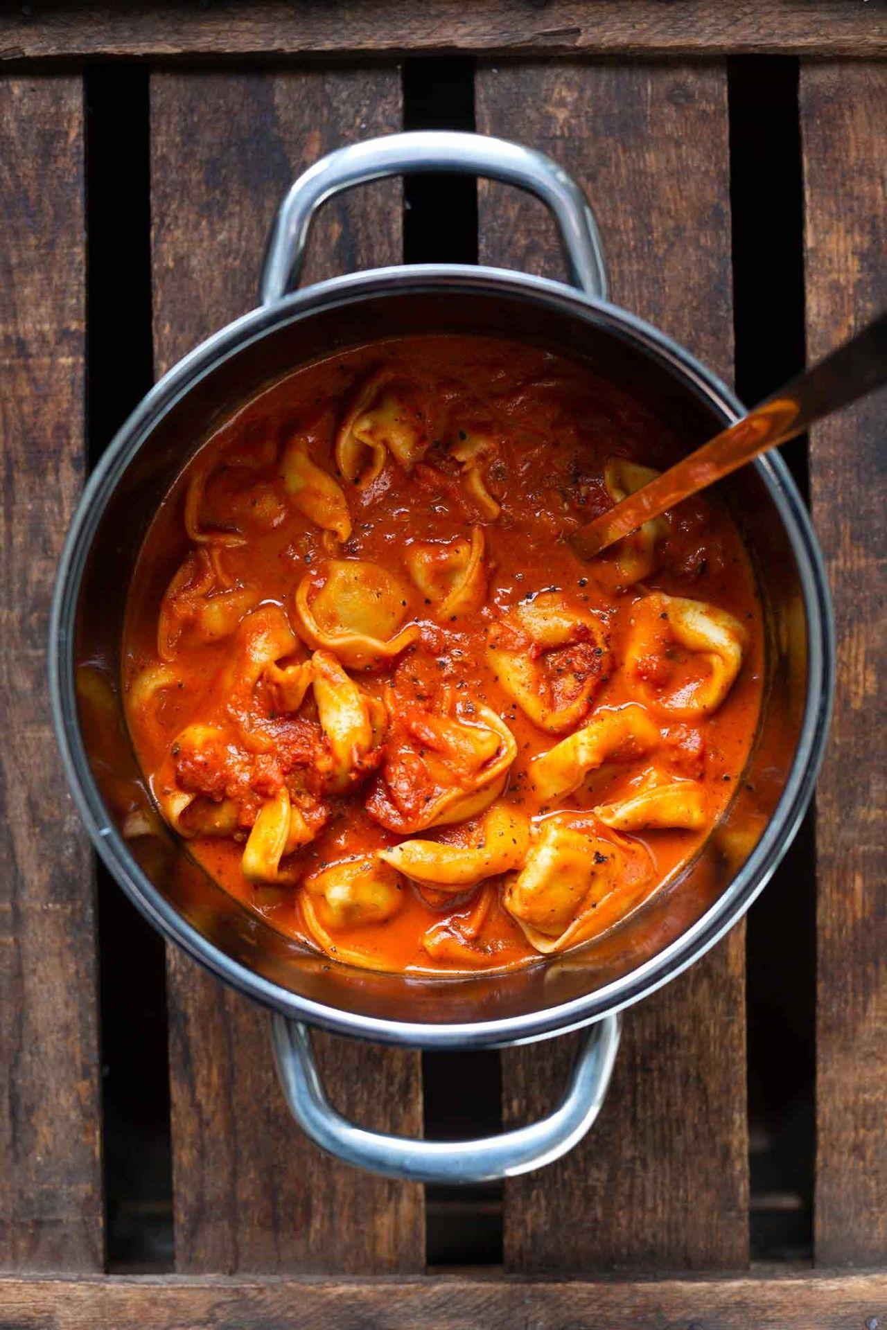 One Pot Tortellini mit Tomaten-Sahne-Sauce #vegetarischerezepteschnell