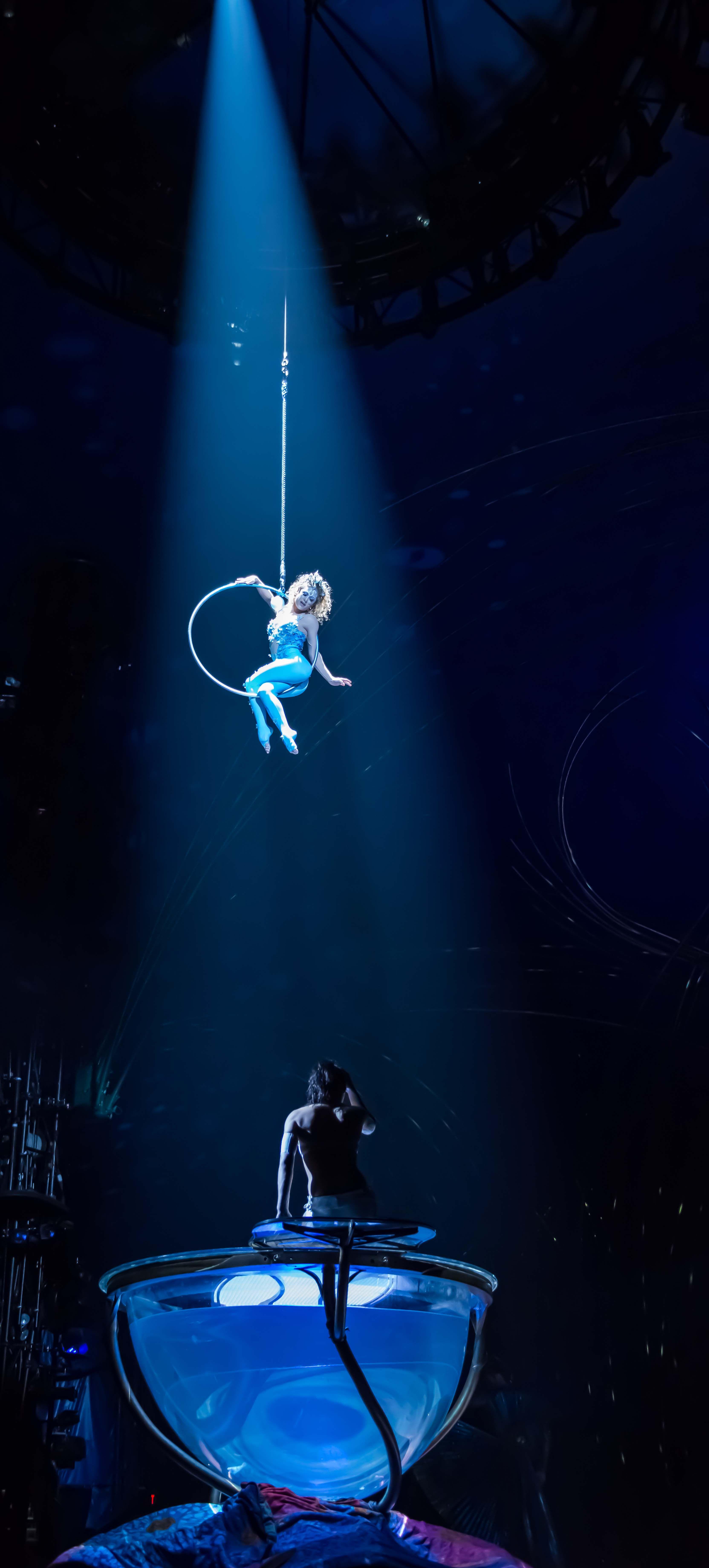 La tendencia más contemporánea del Aro trata de fusionar la danza y expresión corporal con la vistosidad y elegancia de esta técnica aérea que puede realizarse de forma individual, en pareja o sincronizada.