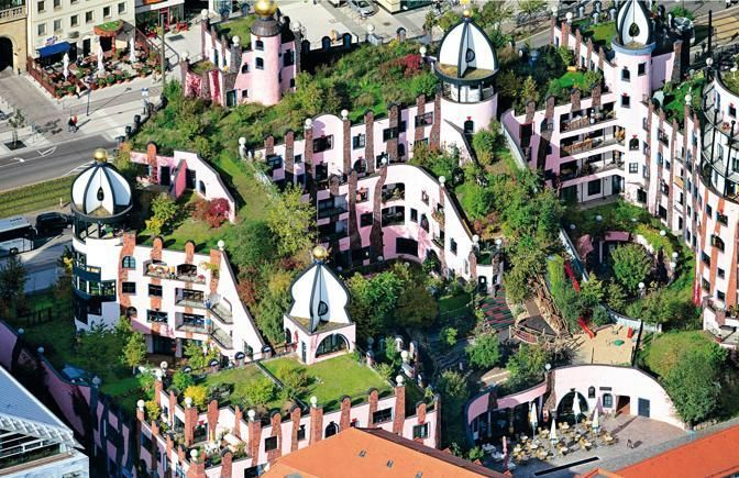 La Green citadel di Mgdeburgo, in Germania, con il verde terrazzato in uno dei capolavori dell'architetto austriaco Hundertwasser