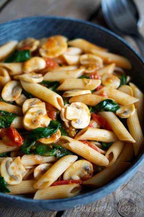 Schnelle Pasta mit Tomaten, Pilzen und Spinat #vejetaryentarifleri