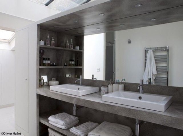 Deux vasques pos es sur un plan que mettre la place du b ton sdb pin - Modele salle de bain gris et blanc ...
